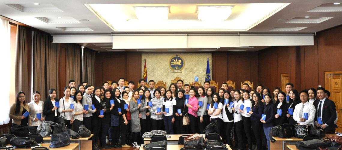 Монгол Улсын Үндсэн хуулийн цэцийн үйл ажиллагаатай оюутан залуус танилцав